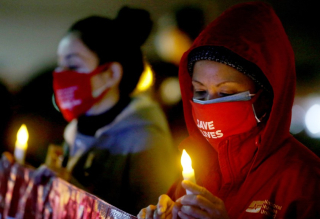 COVID RNs Hospital Candlelight Vigil (Luis Sinco . Los Angeles Times).