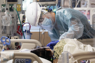 COVD ICU Treating (Francine Orr. Los Angeles Times)